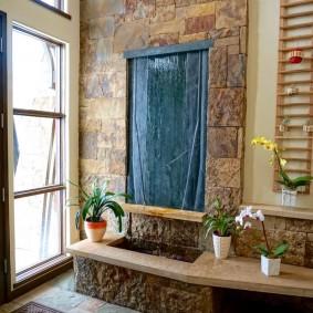Каменная облицовка стены перед входной дверью