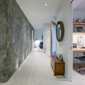 Облицовка камнем стены в коридоре