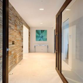Светлый пол в длинном коридоре