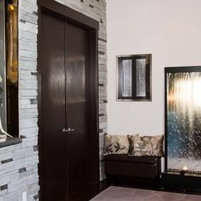 Темно-коричневая дверь с двумя створками