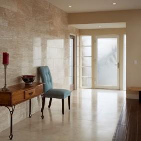 Зонирование напольным покрытием холла в частном доме