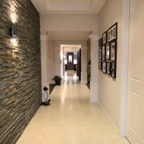 Декор камнем акцентной стены в коридоре