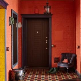 Бардовые стены в прихожей комнате