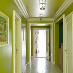 Светло-зеленые стены в коридоре квартиры