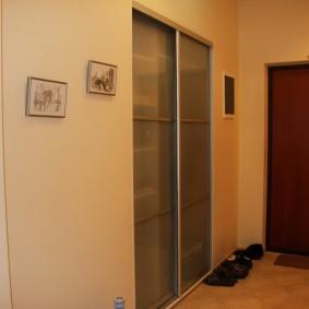 Встроенный шкаф в стене прихожей