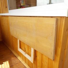 Откидной столик на балконе из мебельной ДСП