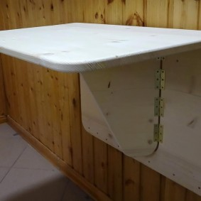 Деревянный столик откидной конструкции