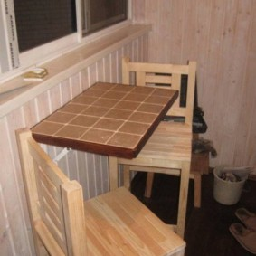 Самодельный столик на застекленном балконе