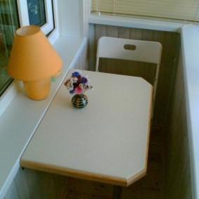 Компактный столик на узком балконе