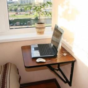 Ноутбук на откидном столике из подручных материалов