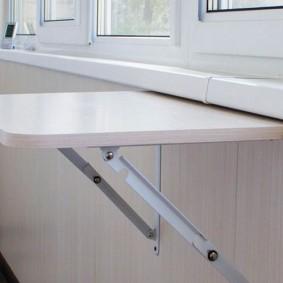 Откидной столик на металлических кронштейнах