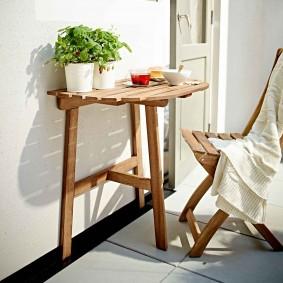Деревянный столик на трех ножках