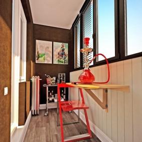 Раскладной стул красного цвета