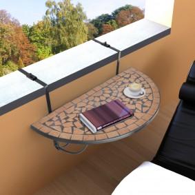 Навесной столик на перилах балкона