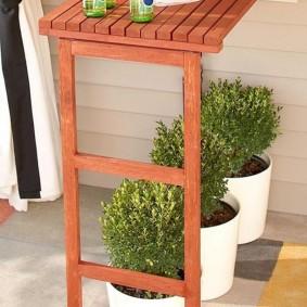 Дизайн компактного столика из деревянных дощечек