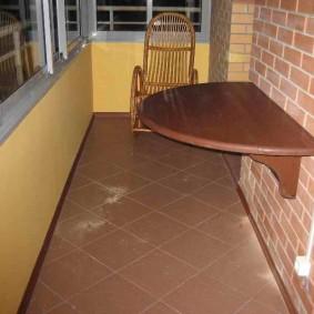 Диагональная укладка плитки на полу балкона