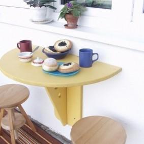 Полукруглый столик желтого цвета