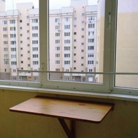 Прямоугольный столик на лоджии квартиры