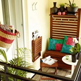 Интерьер открытого балкона квадратной формы