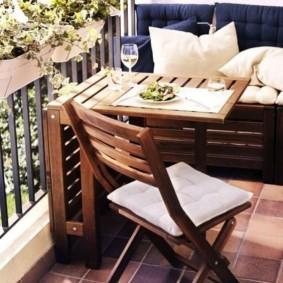 Садовый стульчик на открытой лоджии