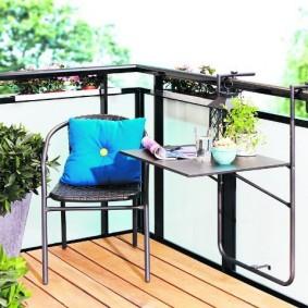 Подвесной столик на металлическом каркасе