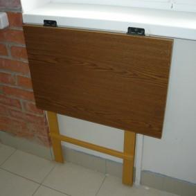 Откидной столик в сложенном положении