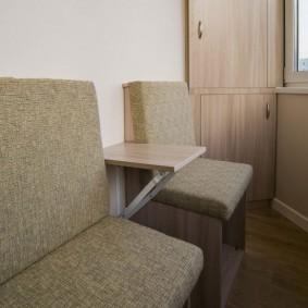 Узкие стульчики с мягкими сидениями