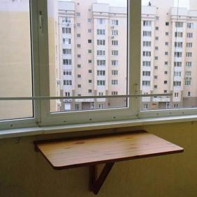 Компактная модель недорого столик для лоджии