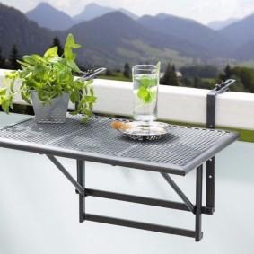 Металлический столик с перфорированной столешницей