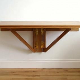 Широкий откидной столик на просторной лоджии