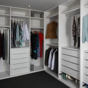 Каркасная мебель в просторной гардеробной