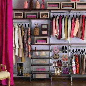 Линейная гардеробная в комнате девочки