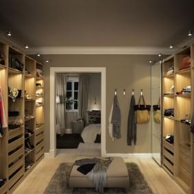 Освещение в гардеробной комнате параллельной планировки