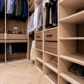 Выдвижные ящики в нижнем ярусе гардеробной