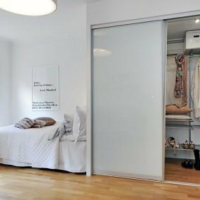 Встроенный шкаф-гардероб в светлой спальне