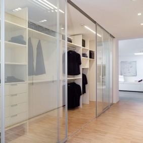 Современная гардеробная за стеклянной перегородкой
