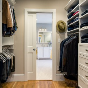 Проходная гардеробная перед дверью в спальню