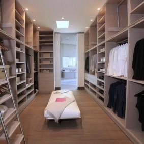 Приставная лестница в отдельной гардеробной