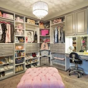 Розовый пуф в женской гардеробной