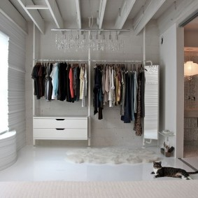 Открытая система хранения вещей в гардеробной комнате