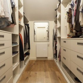 Радиатор отопления под зеркалом в гардеробной