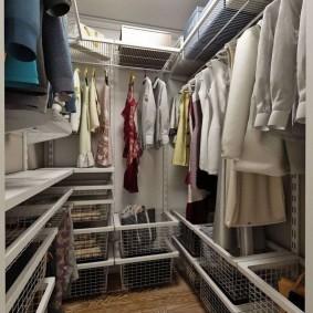 Сетчатые корзины в узком гардеробе