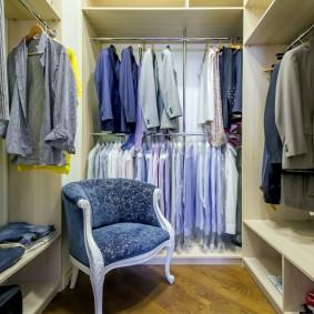 Мягкое кресло в гардеробной комнате