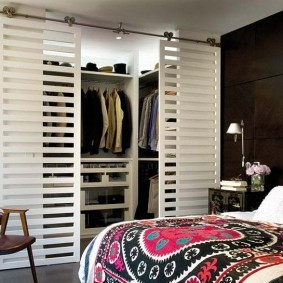 Решетчатые двери на гардеробе в спальне