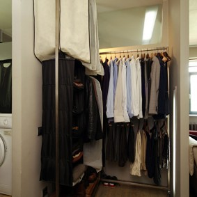 Металлическая вешалка для хранения одежды в гардеробной