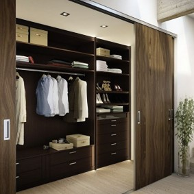 Сдвижные двери в мужском гардеробе