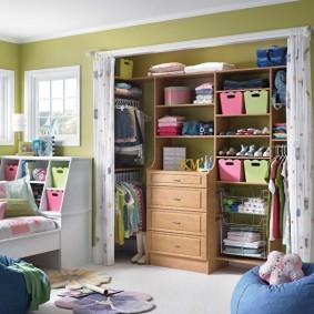 Детский гардероб в просторной комнате