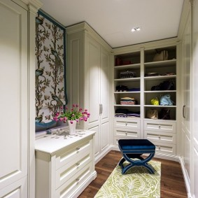 Закрытые шкафы в гардеробной комнате