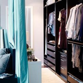Линейный гардероб за бирюзовой шторой