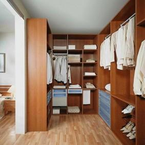 Белые рубашки на вешалках в гардеробной